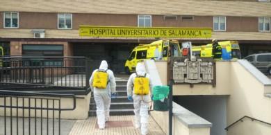 La UME desinfecta el clínico de Salamanca.