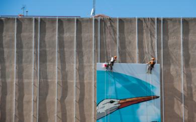 Los profesionales están colocando piezas de lo que será un inmenso mural en uno de los edificios del Paseo de la Estación.