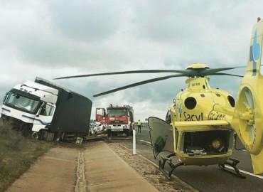 Dos mujeres resultan heridas en la colisión entre un camión y un turismo en la A-50 en Gimialcón, Ávila.