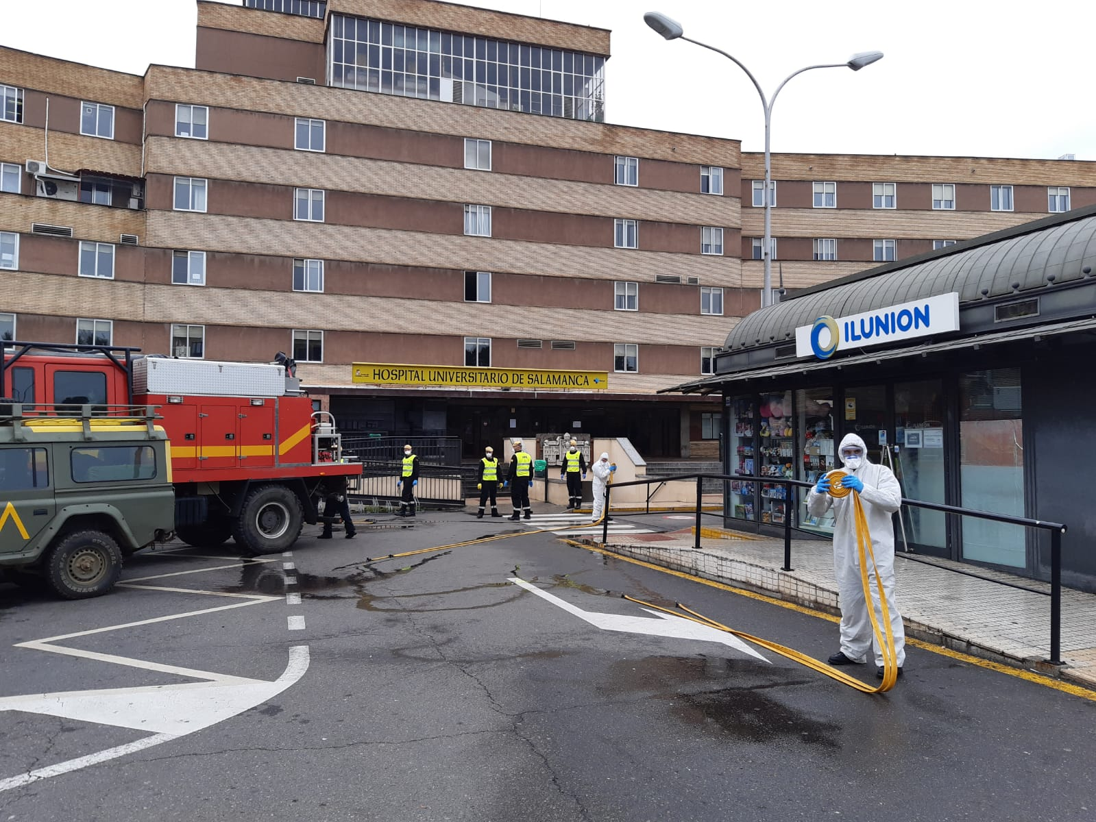 ectivos del Ejército desinfectan los aledaños de El Clínico de Salamanca.
