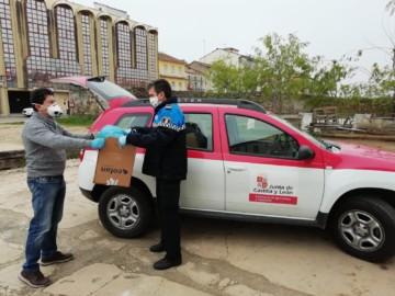 Policía Local de Guijuelo entrega los dispensadores a un técnico de la Junta de Castilla y León.