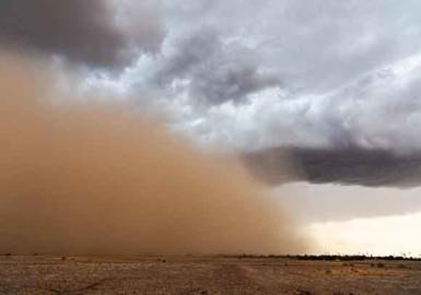 Las fuertes rachas de viento, vinculadas a tormentas sobre el Sáhara, levantan polvo que puede viajar cientos o miles de kilómetros.