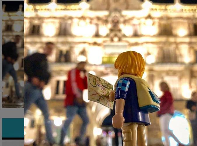 Un playmobil consultando un mapa en la Plaza Mayor de Salamanca.