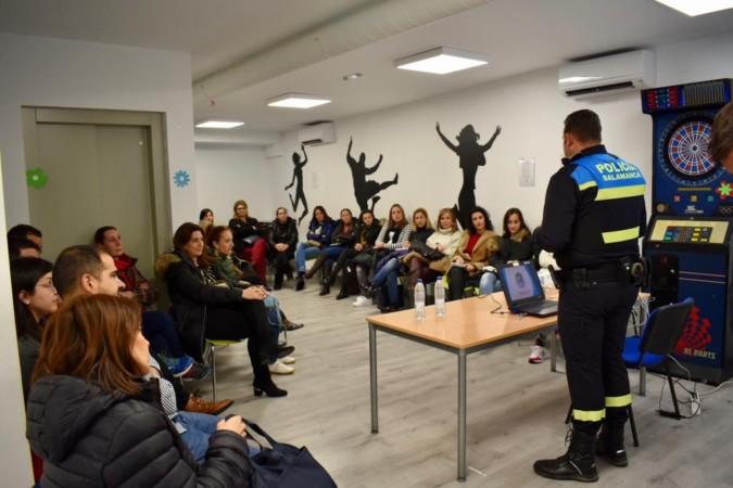 Guijuelo ha puesto en marcha la X Escuela de Padres y Madres con una charla sobre ciberseguridad.