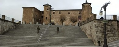 Los militares proceden a la desinfección del casco histórico de Béjar.