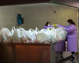 Ical / ICAL . Reparto de alimentos en el Mercado Municipal de Soria para las familias con beca de comedor
