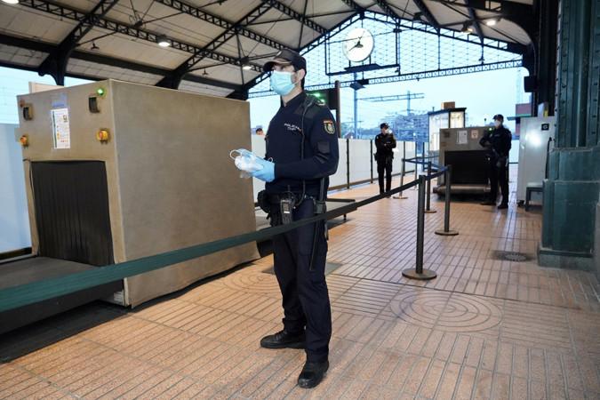 Miriam Chacón / ICAL . La Policía Nacional entrega mascarillas a los pasajeros del Ave León-Valladolid-Madrid