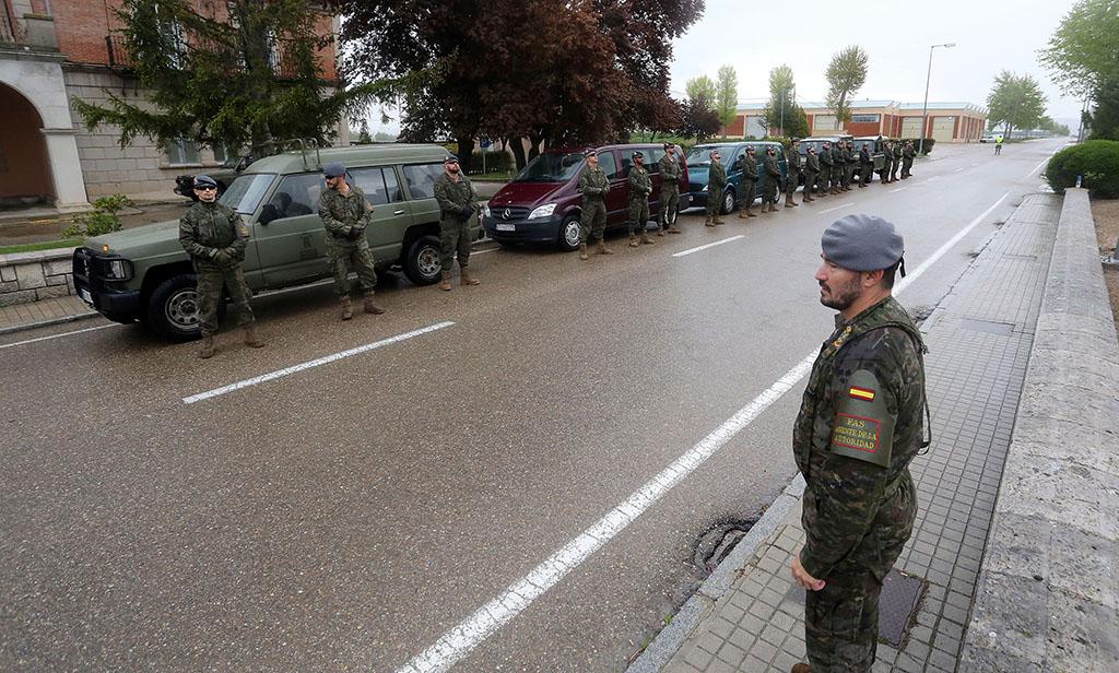Rubén Cacho / ICAL. El teniente coronel Ángel Espiga se dirige a los militares del Regimiento Farnesio 12, de la Brigada Galicia VII que realizan labores de patrulla por las calles de Valladolid por el Covid-19