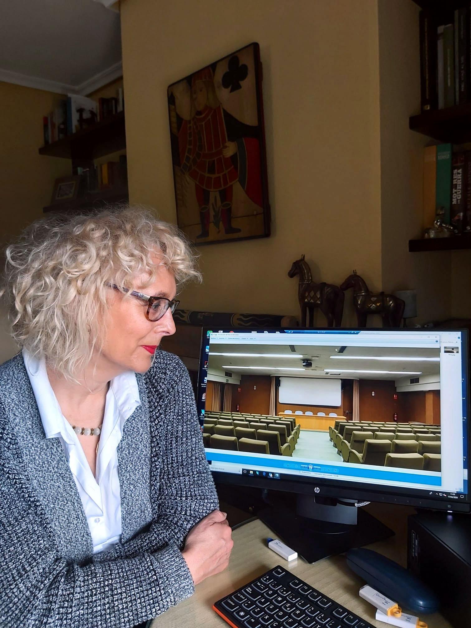 ICAL . La directora de la Filmoteca de Castilla y León Maite Conesa, en su domicilio