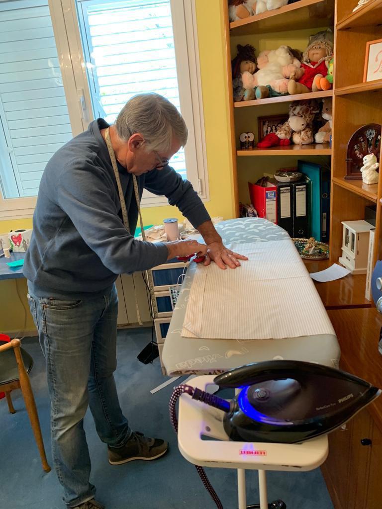 ICAL . El exhibidor cinematográfico Francisco Heras, gerente de los Cines Broadway y Manhattan en Valladolid, preparando material para elaborar mascarillas de protección para los sanitarios
