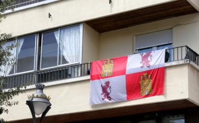 ICAL. Una bandera de Castilla y León en un balcón.