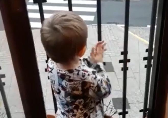 Aplausos en los balcones.