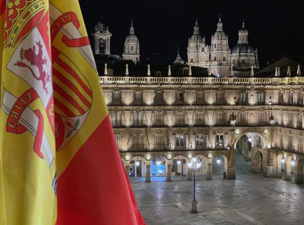 Rubén Torres realizó las fotografías desde el Ayuntamiento donde se ve la bandera de España y la Plaza Mayor.