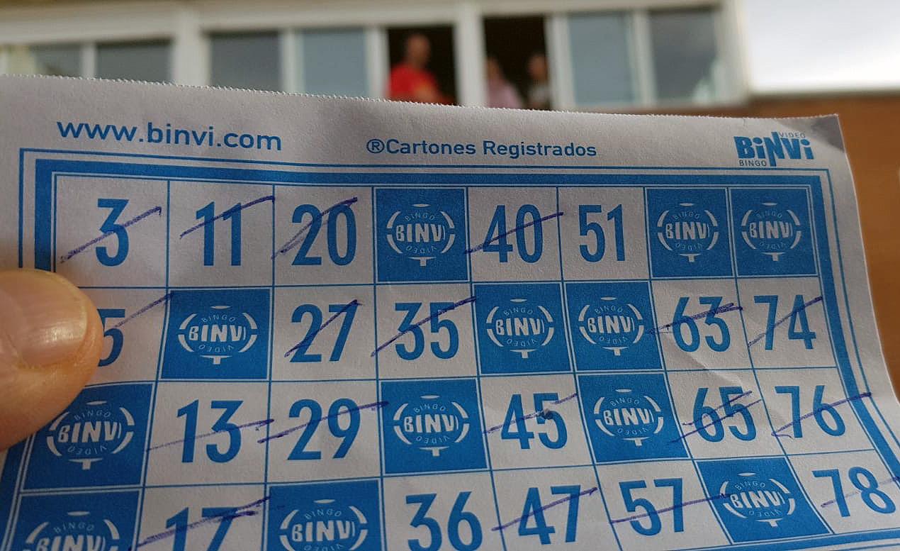 Los vecinos del barrio de San Blas en Santa Marta juegan al bingo en estas tardes de confinamiento