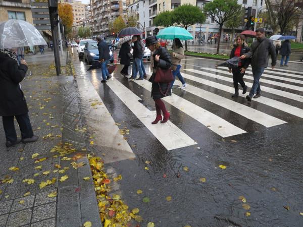 Mal tiempo, lluvia, paraguas.