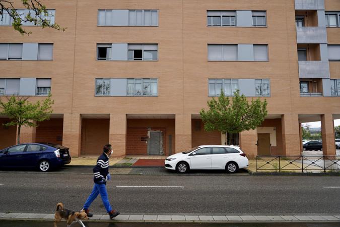 Miriam Chacón. ICAL. Edificio de la calle Alcotán donde ha fallecido una mujer tras precipitarse desde el tercer piso.