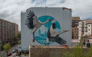 El mural que se puede ver en uno de los edificios del Pº de la Estación se ha ido construyendo durante el confinamiento.