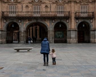 Los niños han podido salir a la calle después de 43 días encerrados en casa por la pandemia.