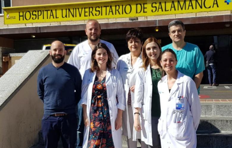 Jonás Samuel Pérez Blanco (a la izquierda), junto a colaboradores de los servicios de de Farmacia y Digestivo.