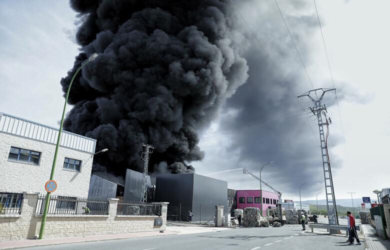 Nacho Valverde / ICAL . Incendio en la nave de Fosimpe en el polígono de Valverde