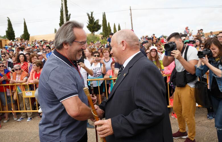 . L. Leal / ICAL. Intercambio de bastones entre los alcaldes de Zamora; Francisco Guarido, y la Hiniesta, Eugenio Gergorio