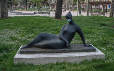 Mujer tendida dibujando con el dedo, obra de Agustín Casillas.