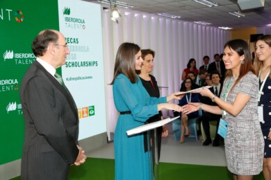 Entrega de diplomas. SM la Reina e Ignacio Galán. Foto. ARCHIVO.