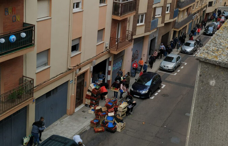 pobreza cola fila hambre Cientos de personas necesitan que les den alimentos para comer en Salamanca.