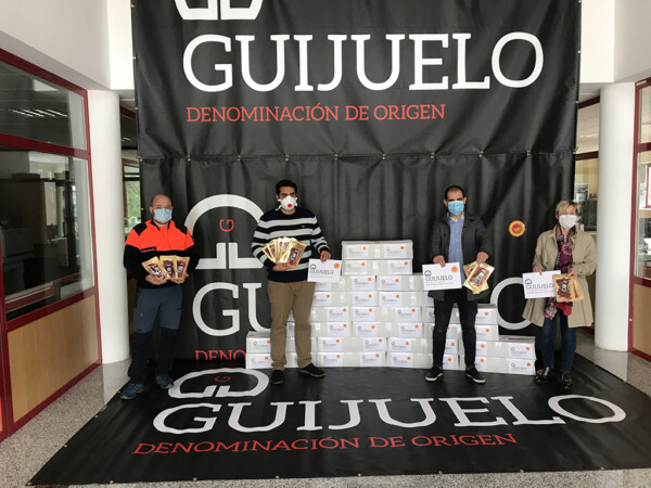 La denominación de origen Jamón de Guijuelo hace una donación de sobres de jamón para los niños necesitados del pueblo.