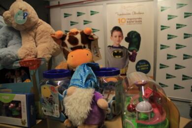 El Corte Inglés, a través de la Fundación Aladina, dona juguetes para los niños hospitalizados.
