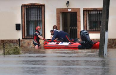 Isa Vicente ICAL . Bomberos de Ciudad Rodrigo rescatan a un vecino de Martín de Yeltes (4)
