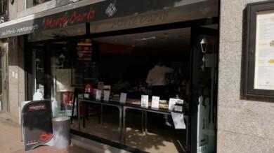 El Monte Carlo ha adelantado la barra para servir café para llevar a sus clientes.