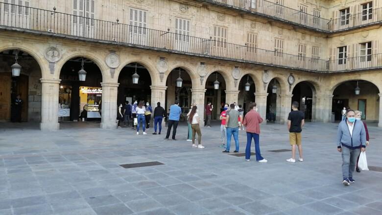 Colas para comprar un helado en el centenario Novelty, en la Plaza Mayor de Salamanca.