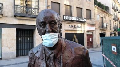 La estatua de Vicente del Bosque luce mascarilla.