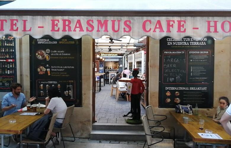 El Erasmus dispone de una terraza en la calle Meléndez y otra en el interior para dar doble servicio a sus clientes.