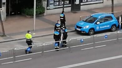 Policía Local retira coches para el carril del covid auto. (1)
