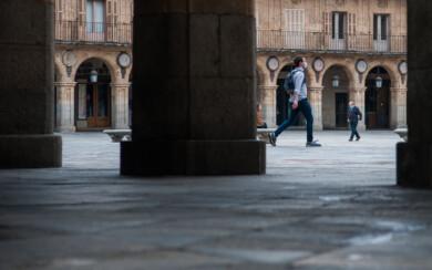 Un corredor por la Plaza Mayor de Salamanca.