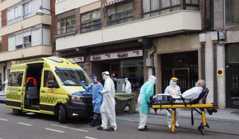 sanitarios se llevan enfermo covid coronavirus valladolid ical