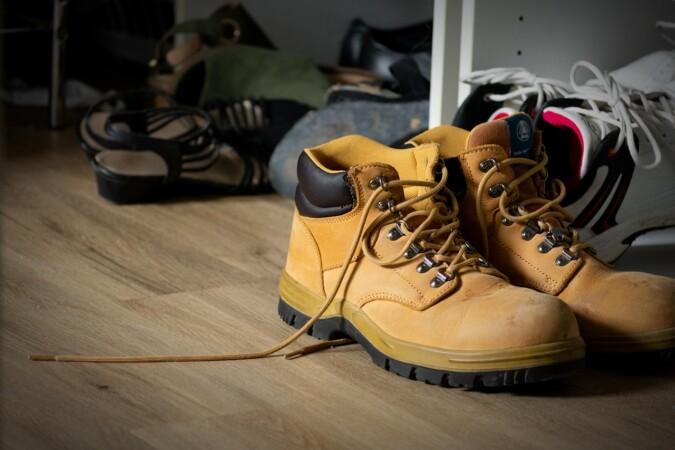 Los expertos recomiendan dejar los zapatos a la entrada de casa. Imagen de Andrew W Grabham en Pixabay