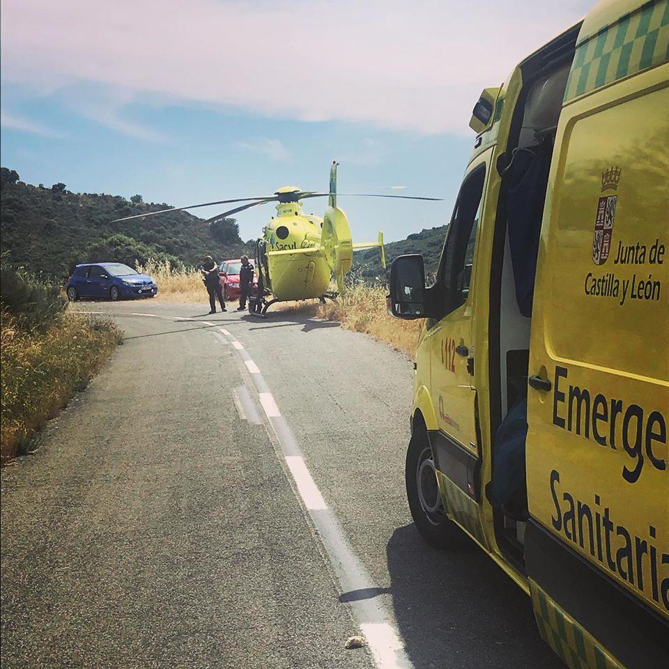 El helicóptero medicalizado y tres ambulancias acudieron al lugar del accidente.