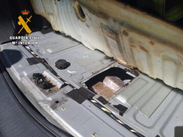 La droga estaba escondida en un doble fondo del vehículo.