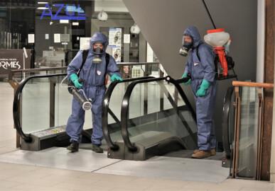 El CC El Tormes desinfecta sus instalaciones a fondo.
