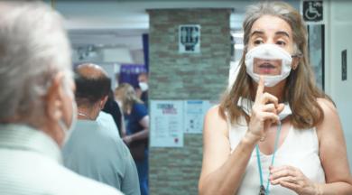 Iberdrola entrega a la Asociación de Sordos de Madrid las primeras 1.000 mascarillas.