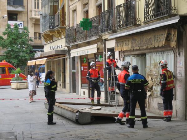 Un camión de reparto se llevó la estructura metálica de una antigua pastelería en la Plaza Mayor.