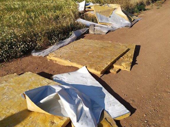 Colchones y otros materiales tirados en uno de los caminos de paseo que bordean Salamanca.