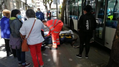 hombre discapacitado silla ruedas cae subir autobus avenida mirat (7)