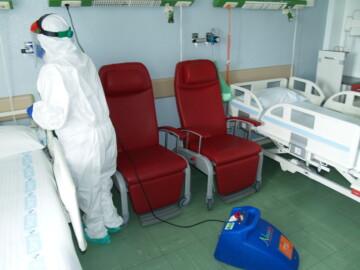 El equipo de limpieza desinfecta el hospital de Salamanca.