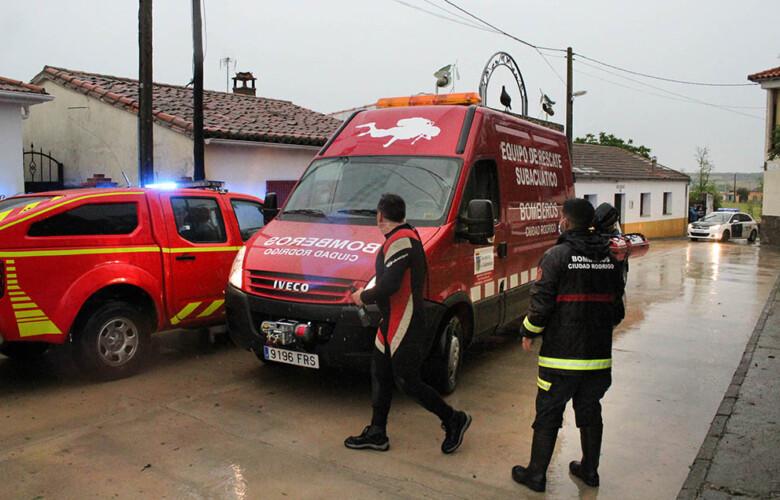 Isa Vicente ICAL . Bomberos de Ciudad Rodrigo rescatan a un vecino de Martín de Yeltes