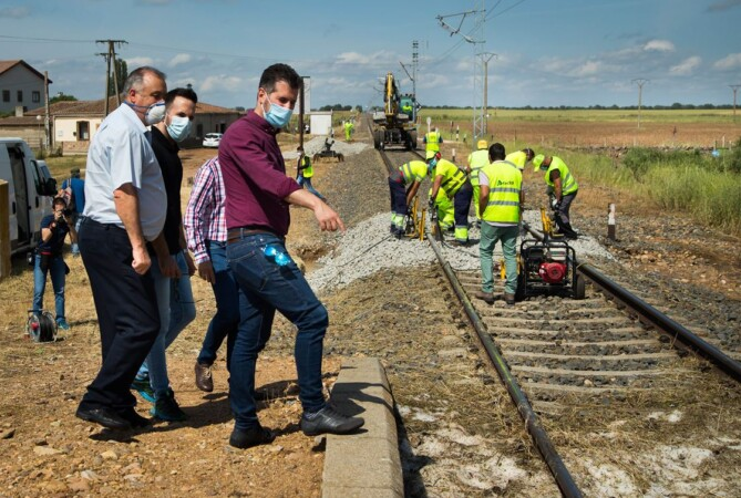 Isa Vicente ICAL . El secretario general del PSCyL, Luis Tudanca, visita Martín de Yeltes (Salamanca), afectado por las inundaciones provocadas por una tormenta (2)