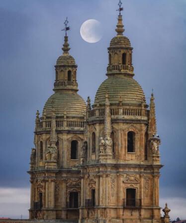 La Luna entre las Torres de la Clerecía. Foto. @miguelpedrazacoque